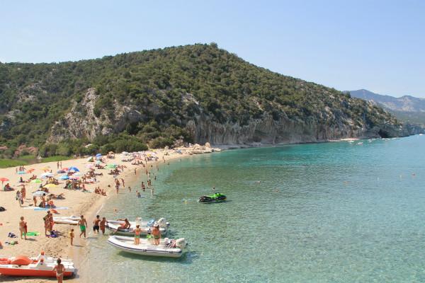 Plage Sarde accessible en bateau depuis Cala Golone