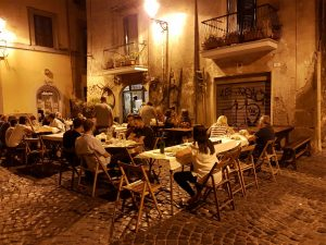 Restaurant dans la rue à Frascati