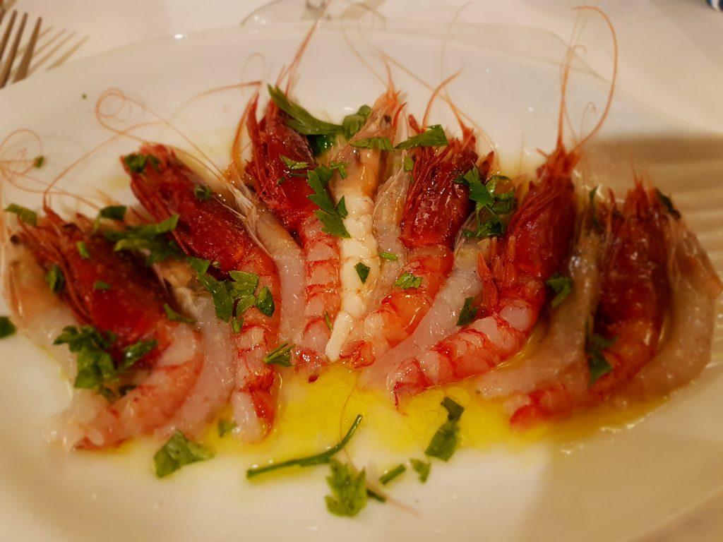 Antipasto de crevettes crues dans un restaurant de Floridia près de Syracuse