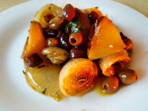 Oignons rôtis au four, olive taggiasche et persil
